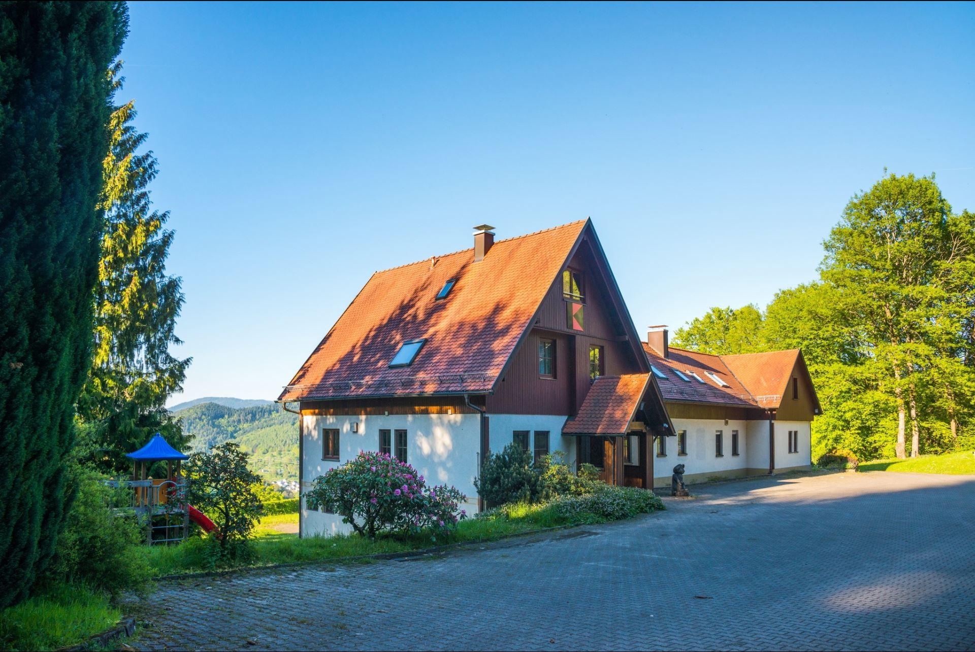 Die Einfahrt zum Kolpinghaus Weisenbach