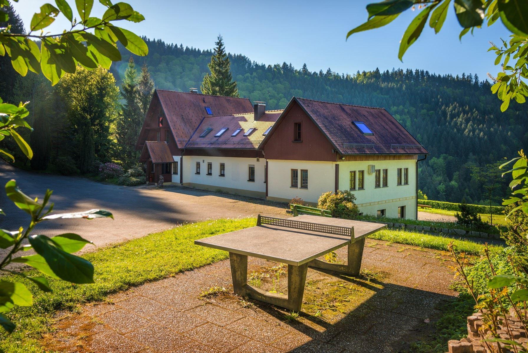 Kolpinghaus Weisenbach - Parkplatz und Tischtennisplatte